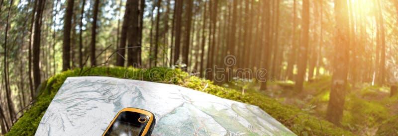 Finna den högra positionen i skogen via gps fotografering för bildbyråer