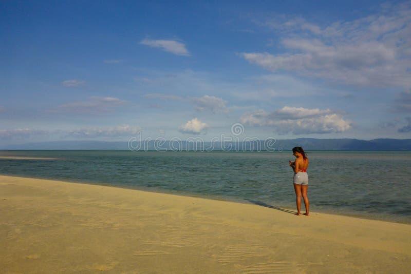 Finna ett ställe för att få borttappat in, den Manjuyod sandstången, Dumaguete royaltyfri foto