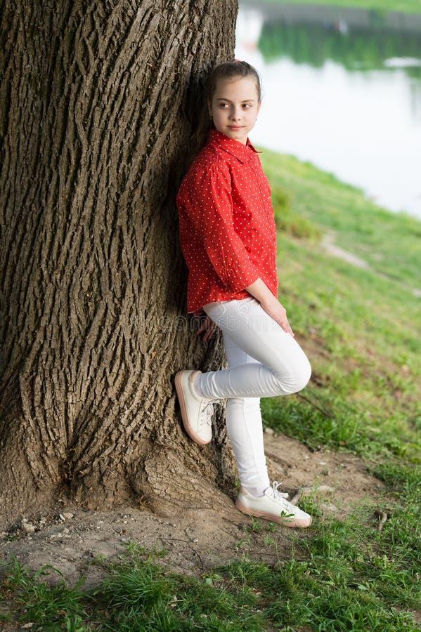 Finna fred och koppla av i natur lugnat fridsamt Livj?mvikt fridsam mood Bra vibes endast Litet gulligt barn för flicka arkivbilder