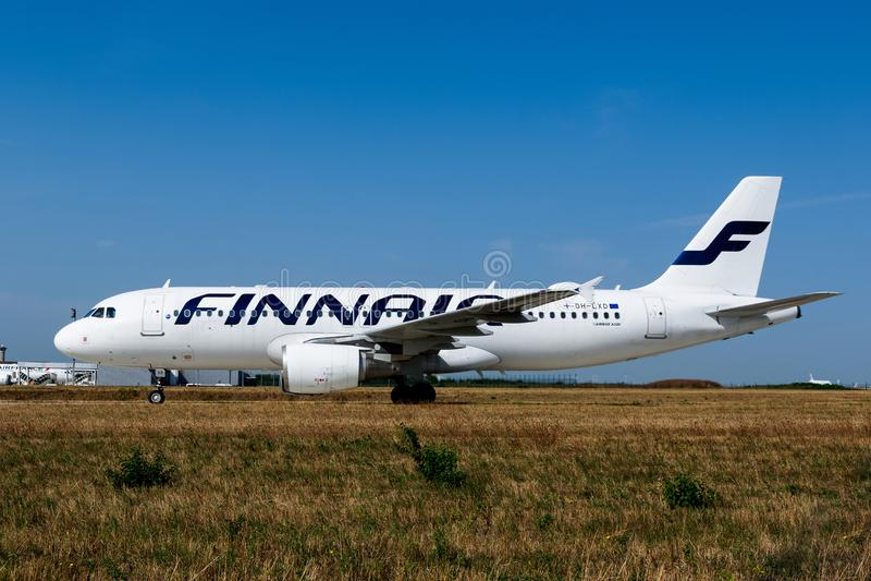 Finnair Airbus A320-214 no taxiway de Paris Charles de Gaulle foto de stock