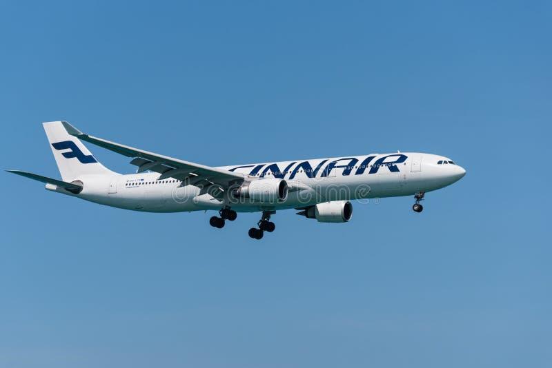 Finnair Airbus 330 que aterriza en el aeropuerto de phuket imagenes de archivo