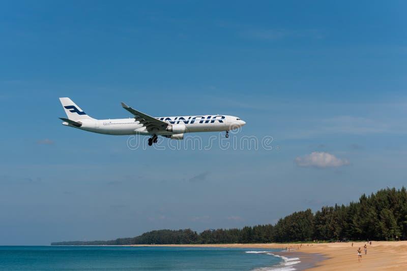 Finnair Airbus 330 que aterriza en el aeropuerto de phuket foto de archivo libre de regalías