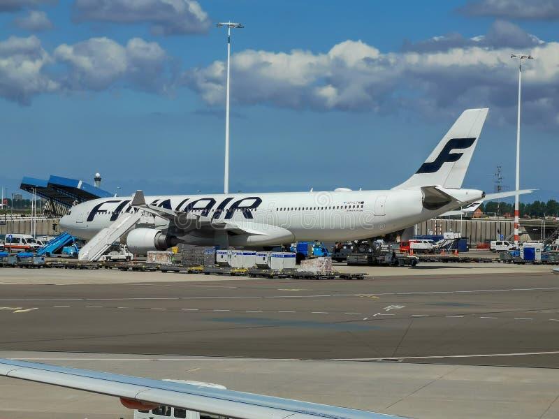 Finnairluchtbus A330 die in Schiphol wordt geparkeerd stock afbeelding