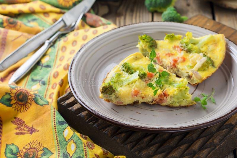 Finnis, omelet met broccoli, farel, aardappels en uien Rustieke stijl stock afbeeldingen