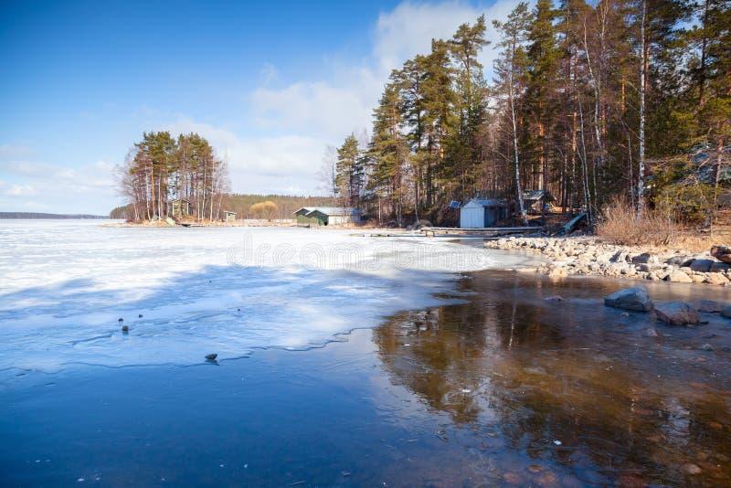 Finnische Landschaft des Frühlinges, Saimaa See lizenzfreies stockbild