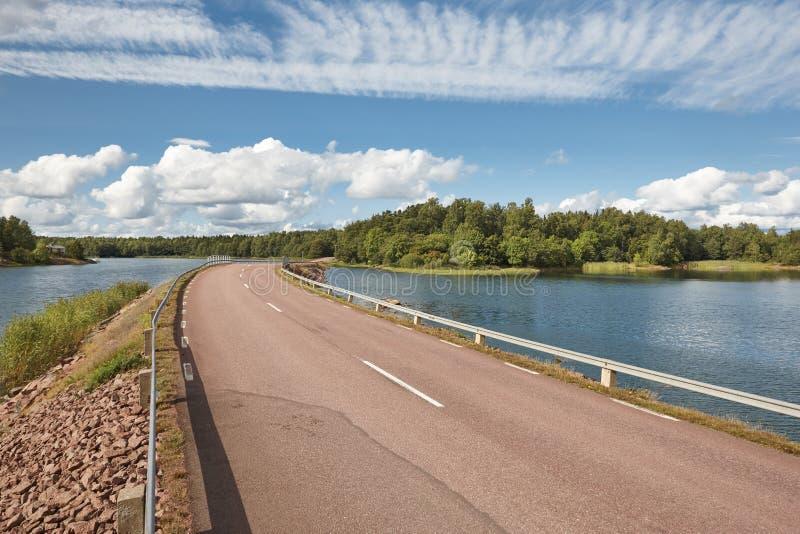 Finnische Landschaft mit Straßen-, See- und Waldinsel finnland stockfoto