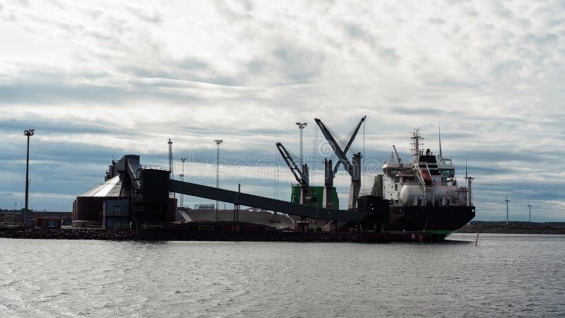 Finnisches Schiff im Frachthafen w?hrend der Frachtoperation Schiff, das an Dieselkraftstoff arbeitet lizenzfreies stockbild