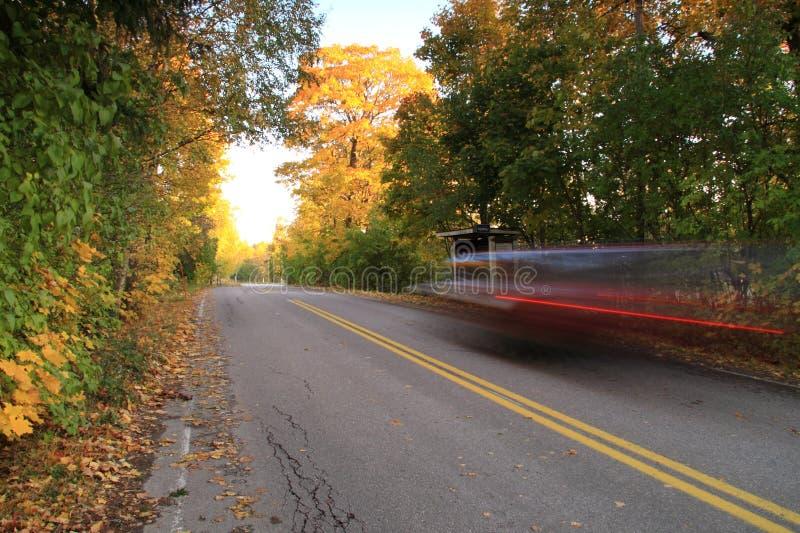 Finnland: Autoverkehr im Herbst lizenzfreie stockbilder