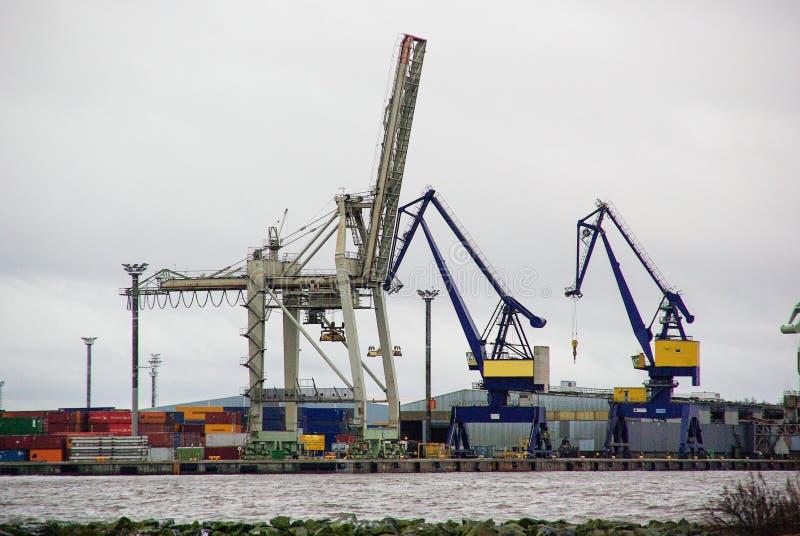 Finnland, Hafen Pori, Stahlpelikane, Industrielandschaft mit Lichtern stockfoto