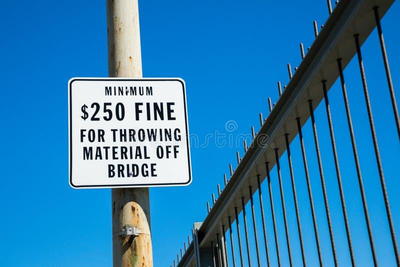 Fino para o material de jogo fora da ponte fotografia de stock royalty free
