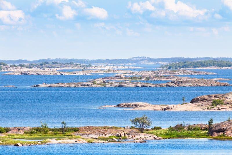 Finse archipel met helder blauw water royalty-vrije stock afbeelding