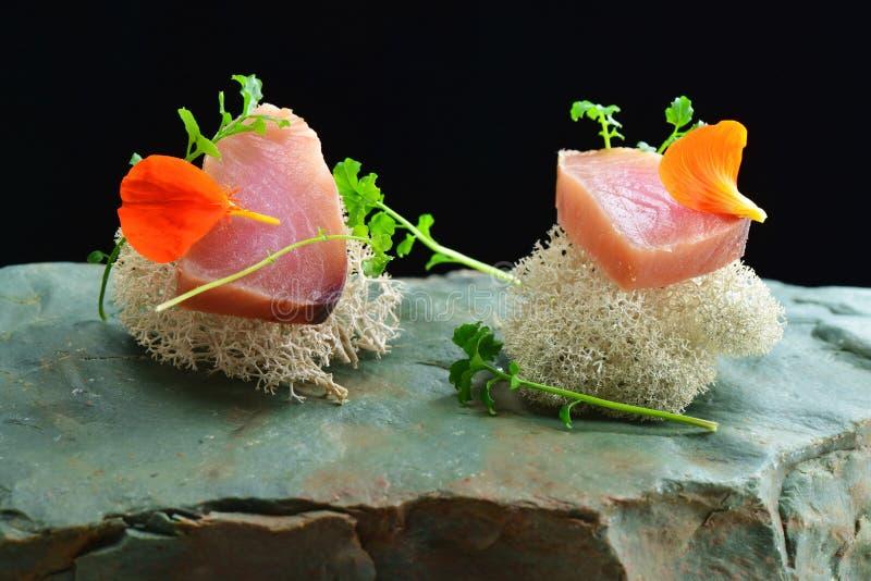 Fint äta middag, den nya rå ahitonfisksashimien tjänade som på en havsvamp royaltyfri fotografi