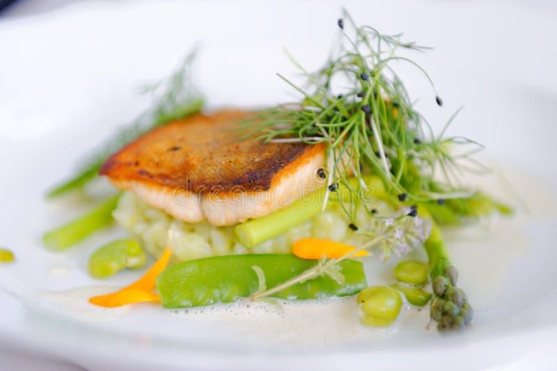 Fint äta middag, forellfiskfilé som paneras i örter, och krydda royaltyfri foto