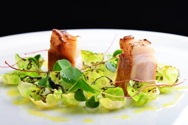 Fint äta middag, gourmet grillade grisköttfransyskan på Bryssel groddar royaltyfri foto