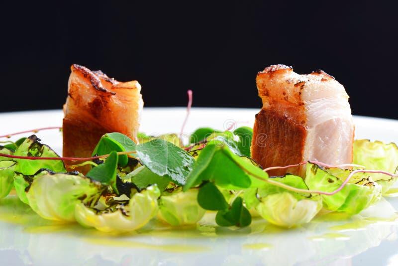 Fint äta middag, gourmet grillade grisköttfransyskan på Bryssel groddar royaltyfria bilder