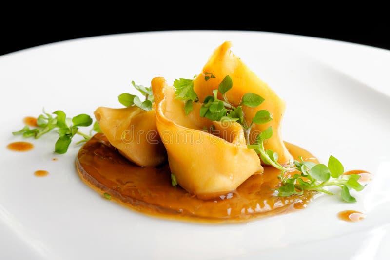 Fint äta middag, lammraguravioli arkivbilder