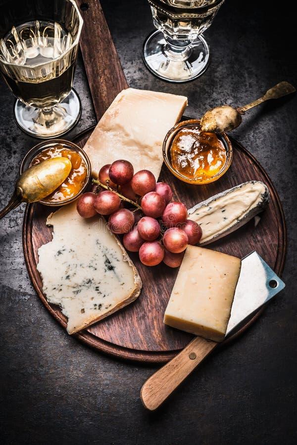 Fint ostval med vin, senapsgult sås för honung och druvan royaltyfri fotografi