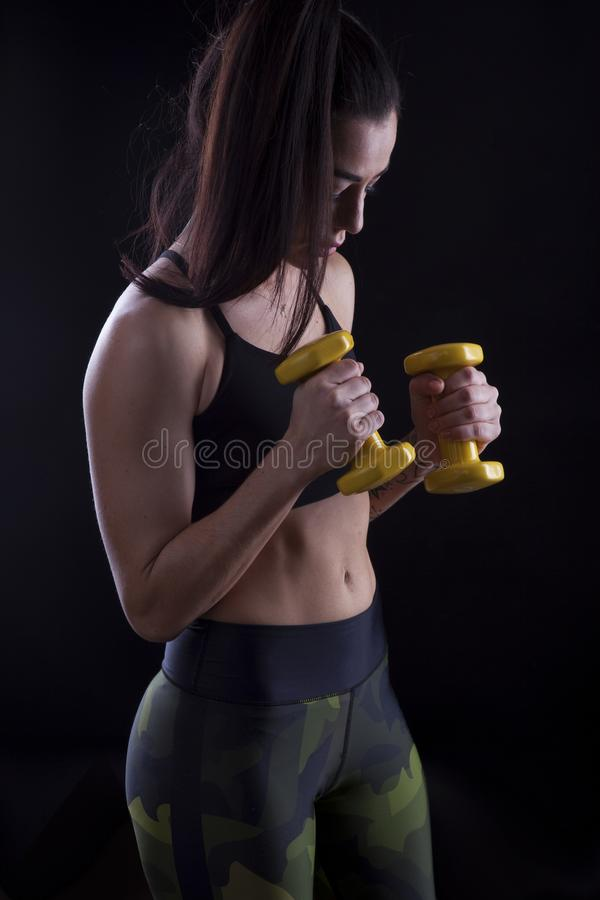 Download Fintessinstructeur Op De Zwarte Achtergrond Stock Foto - Afbeelding bestaande uit atleet, bustehouder: 107704718