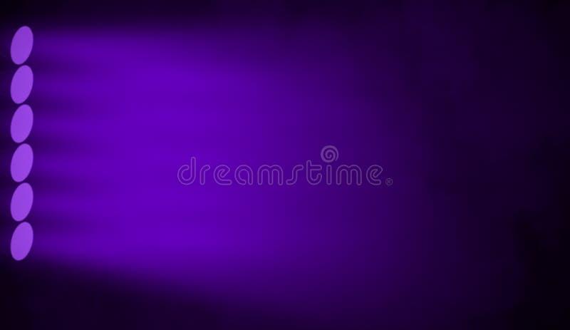 Fiołkowa scena Światło reflektorów projektory na odosobnionym tła texutre zdjęcie royalty free