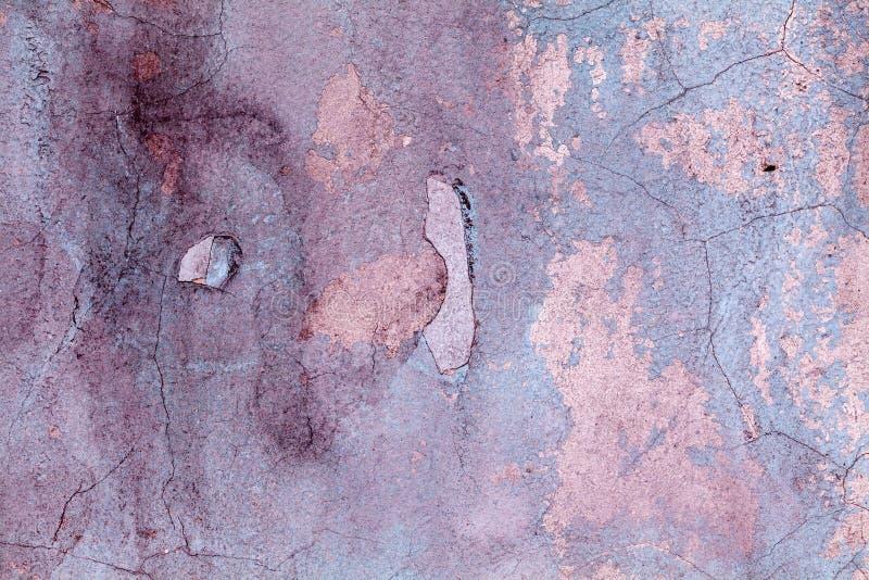 Fiołkowa ulicy ściany, starzejącej się i uszkadzającej cement powierzchnia, textured kamienna farba obraz royalty free