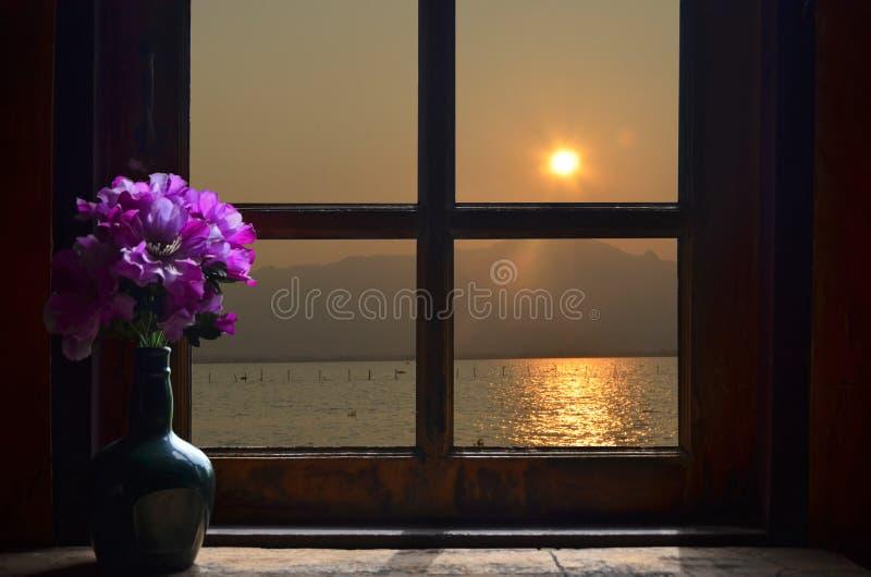 Fiołkowa waza w zmierzchu świetle przez okno zdjęcie stock