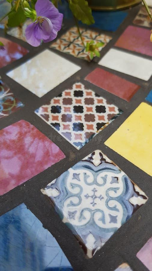 Fiołkowy kwiat na zamazanym tle ceramiczna mozaika zdjęcie royalty free