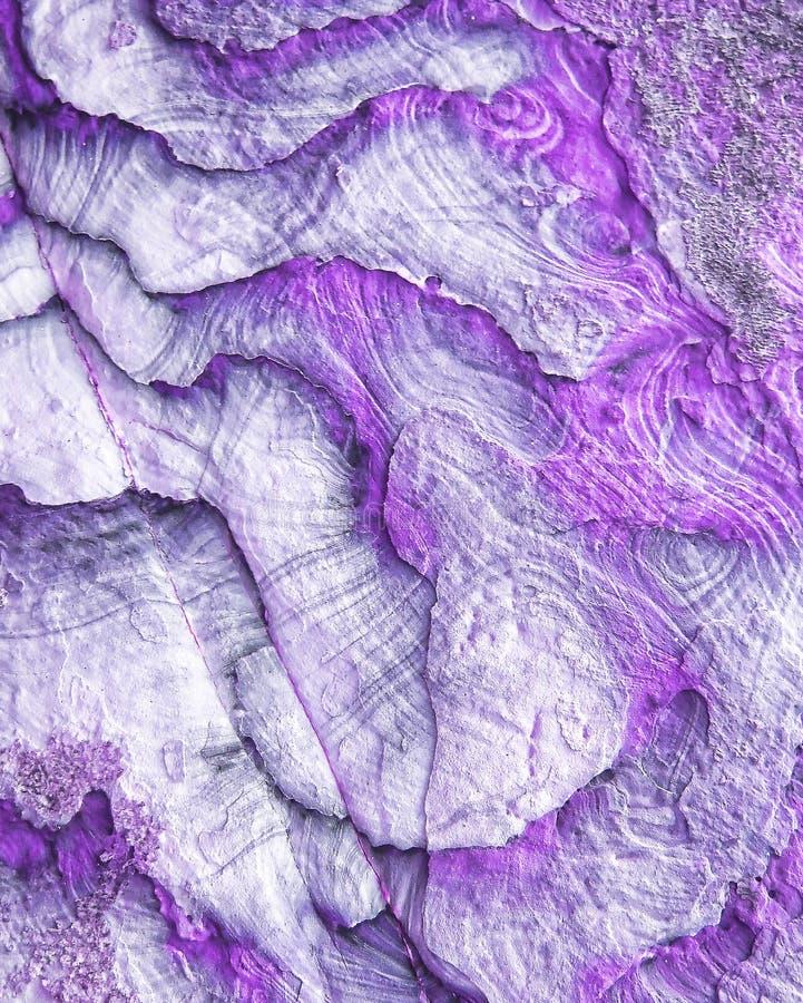 Fiołkowy naturalny tekstura plasterka skały zbliżenie abstrakcyjny tło fotografia stock