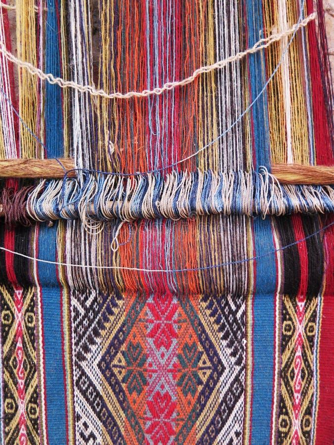 Fio de lãs tingido natural nos Andes peruanos em Cuzco foto de stock royalty free