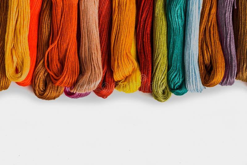 Fio ou floss para o bordado ou confecção de malhas colorida no fundo branco fotos de stock royalty free