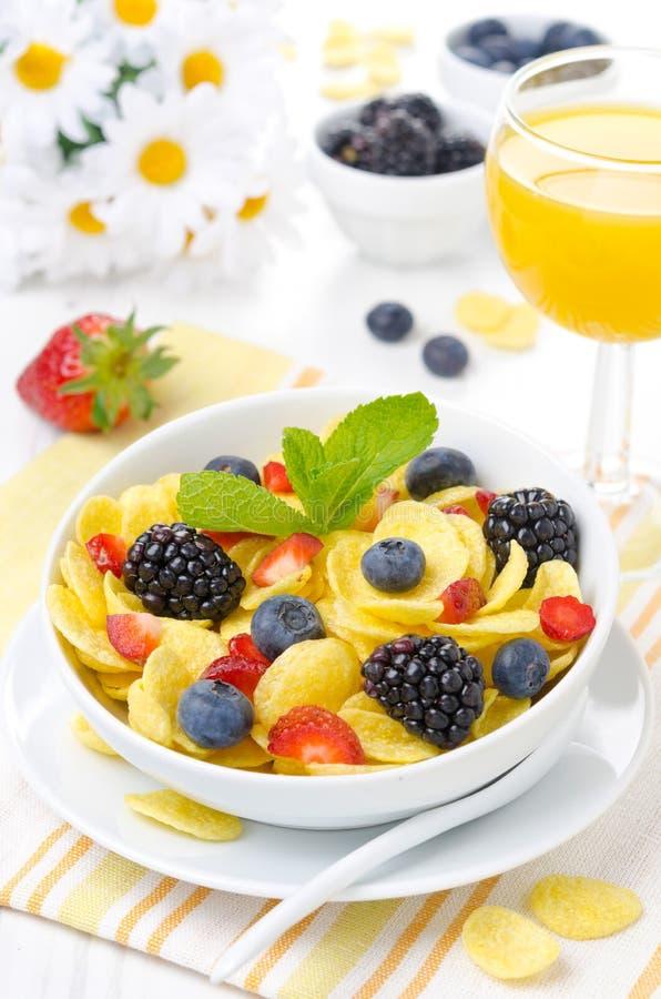 Fiocchi di granturco, bacche fresche e succo d'arancia per la prima colazione fotografia stock