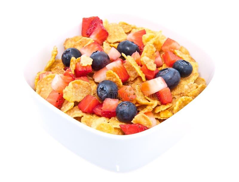 Fiocchi di granturco con la frutta fresca su bianco fotografie stock libere da diritti