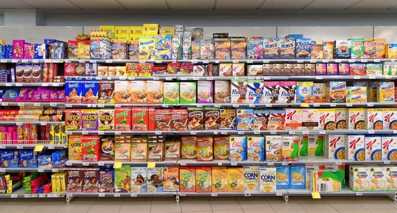 Fiocchi di granturco del supermercato ed altri prodotti a base di cereali fotografie stock