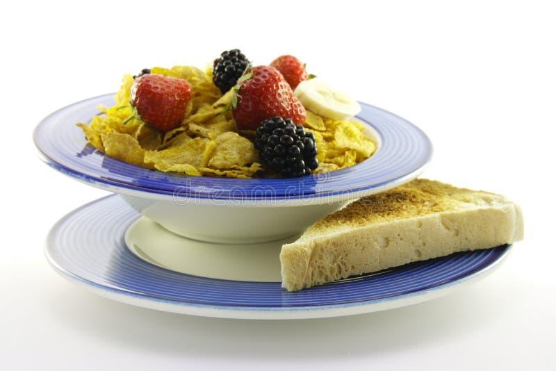 Fiocchi di granturco e frutta con pane tostato immagini stock
