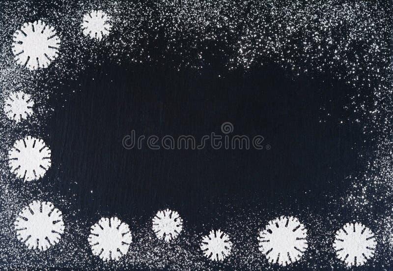 Fiocchi di neve creativi di inverno dal fondo in polvere dello zucchero Ambiti di provenienza del nuovo anno e di Natale fotografia stock libera da diritti