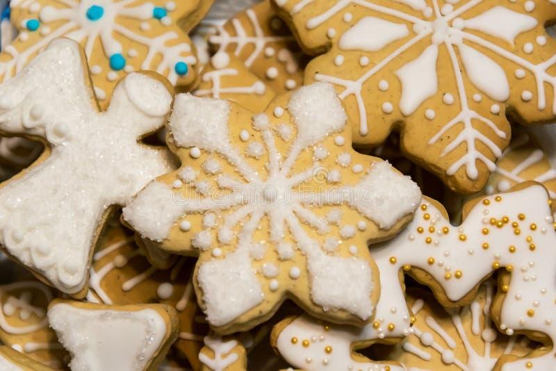 Fiocchi di neve ed angeli dei biscotti del pan di zenzero di Natale immagine stock