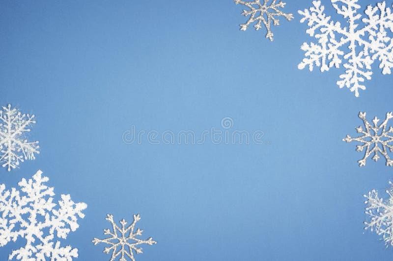 Fiocco di neve bianco del modello su fondo blu Decorazione di Natale con lo spazio della copia immagine stock libera da diritti