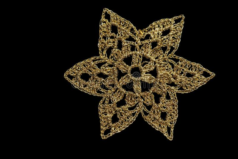 Fiocco di neve dorato di Natale isolato su fondo nero fotografia stock libera da diritti