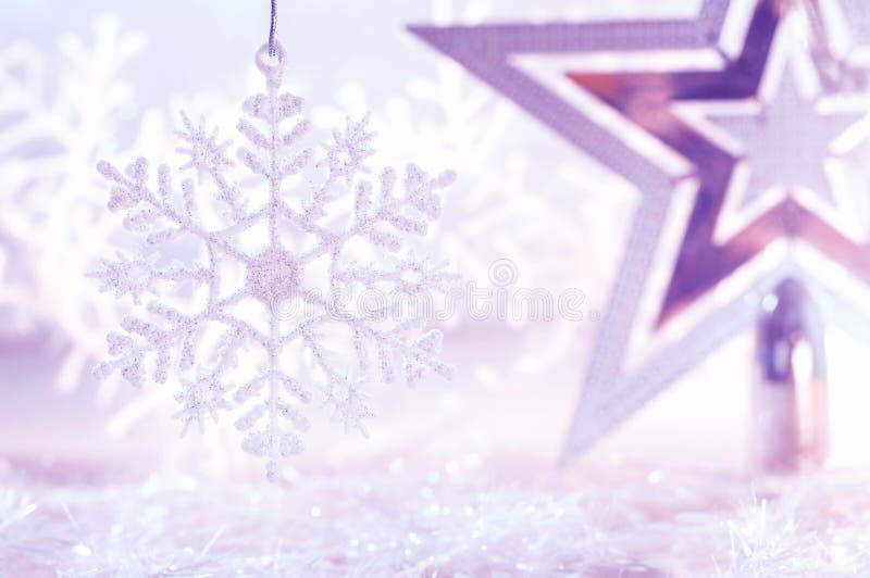 Fiocco di neve porpora e bianco dell'argento della stella di Natale Fondo del nuovo anno e di Natale fotografia stock libera da diritti