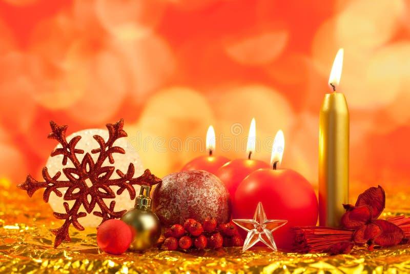 Fiocco di neve rosso di natale con le candele fotografie stock