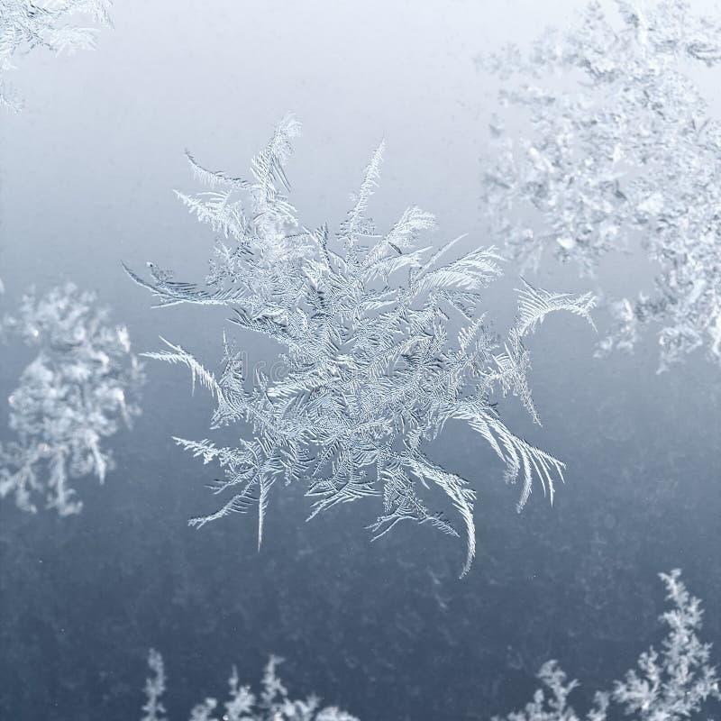 Fiocco di neve vicino su sul vetro di finestra nell'inverno immagine stock libera da diritti