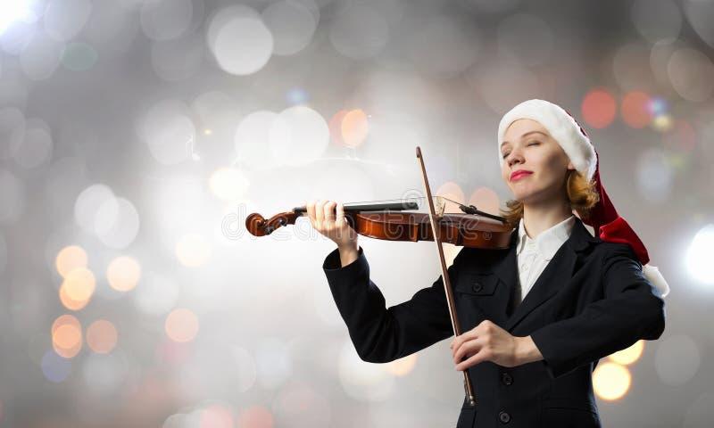 Fiol för jultomtenkvinnalek royaltyfria foton