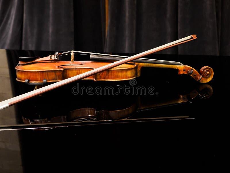 Fiol på flygeln i en konserthall royaltyfria foton