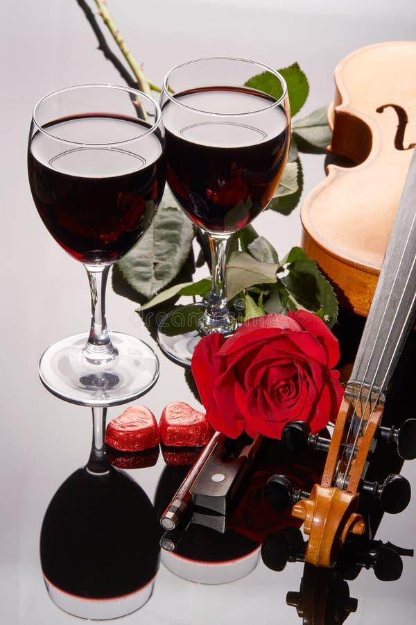 Fiol, röd ros och vin royaltyfria foton