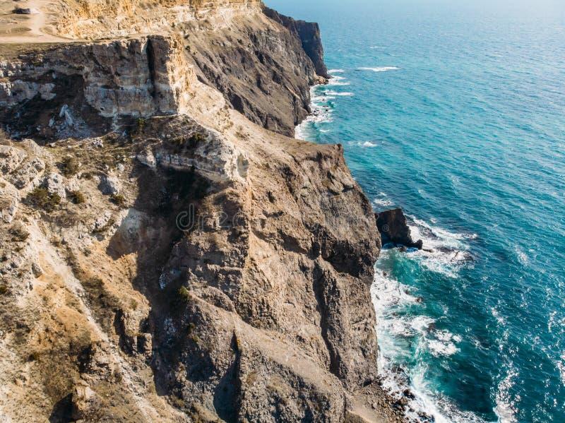 Fiolent-Kap, Krim, Vogelperspektive vom Brummen über felsigen Bergen und vom blauen Meer, schöne Naturlandschaft von oben stockbild