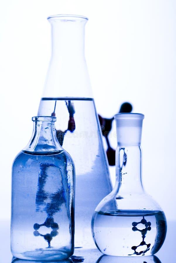 Download Fioles bleues de chimie image stock. Image du inspection - 8669871