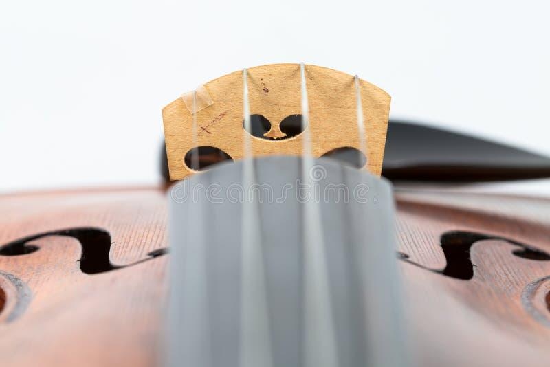 Fiolmusik instrumenterar isolerat på vit royaltyfri foto