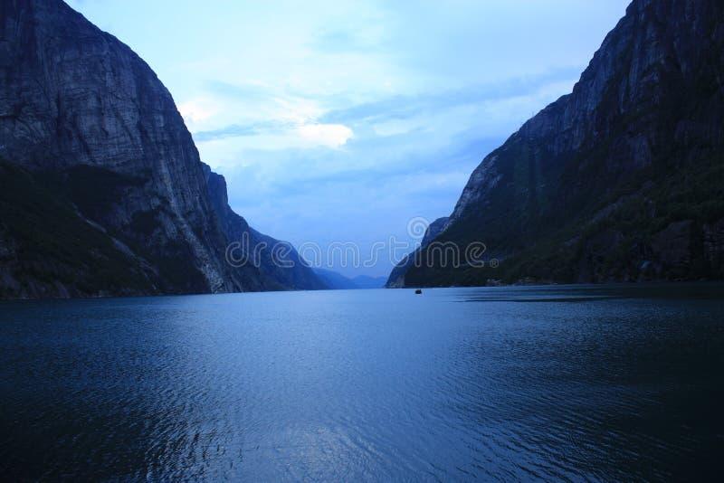 Fiorde de Lysefjord em Noruega no por do sol imagens de stock royalty free