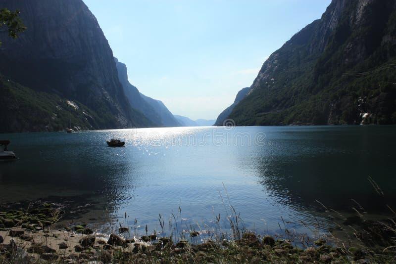 Fiorde de Lysefjord em Noruega no por do sol fotos de stock