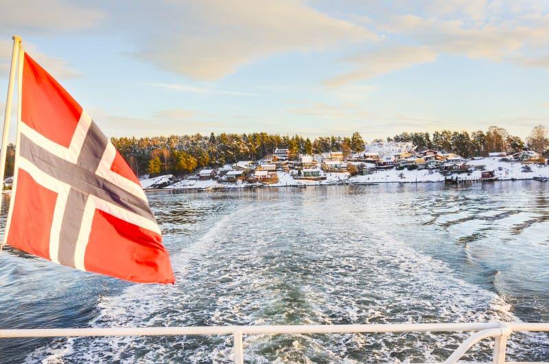 Fiorde de Norvegian com uma bandeira foto de stock royalty free