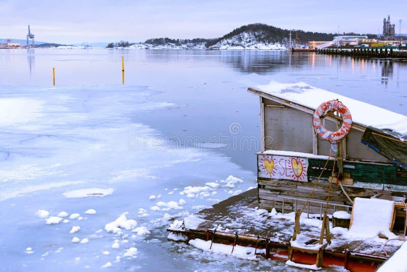 Fiorde de Oslo com gelo e barco de casa pequena, Noruega foto de stock